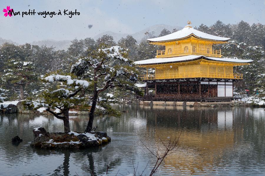 Le neige tombe sur le Pavillon d'or
